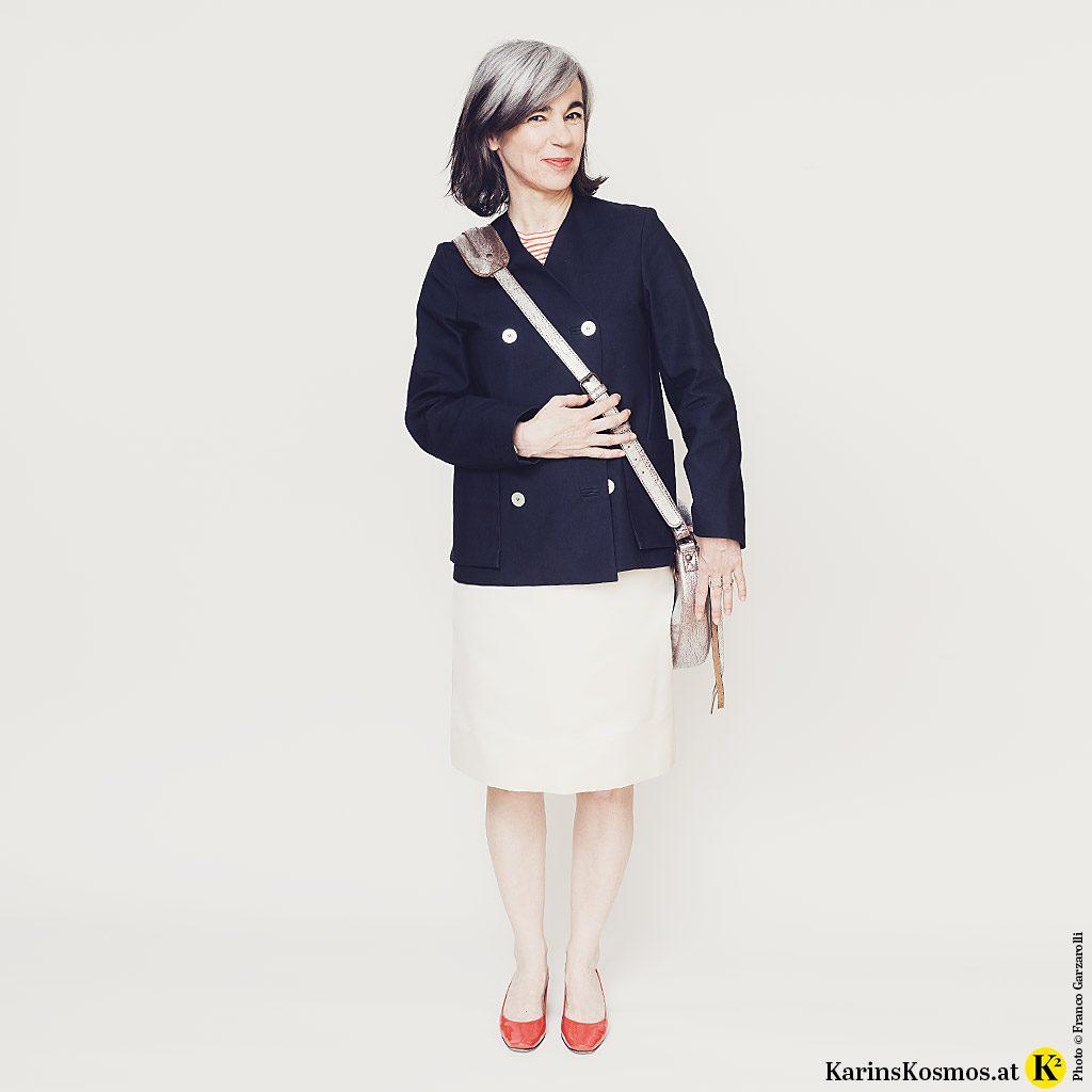 Frau in Streifenshirt, Jacke, Rock und Pumps – im Pariser Chic.