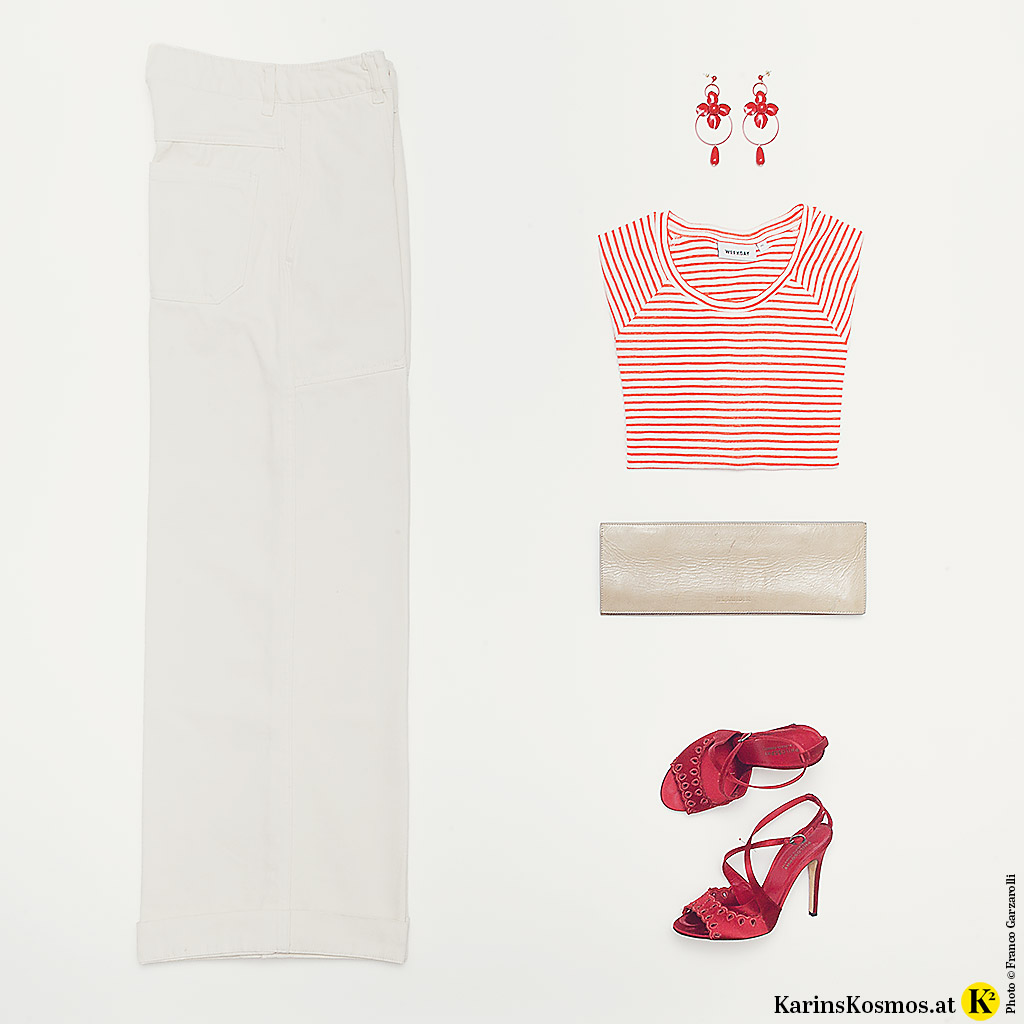 Produktbild im Pariser Chic mit Streifenshirt, Jeans, Ohrringen, Clutch und Sandalen.