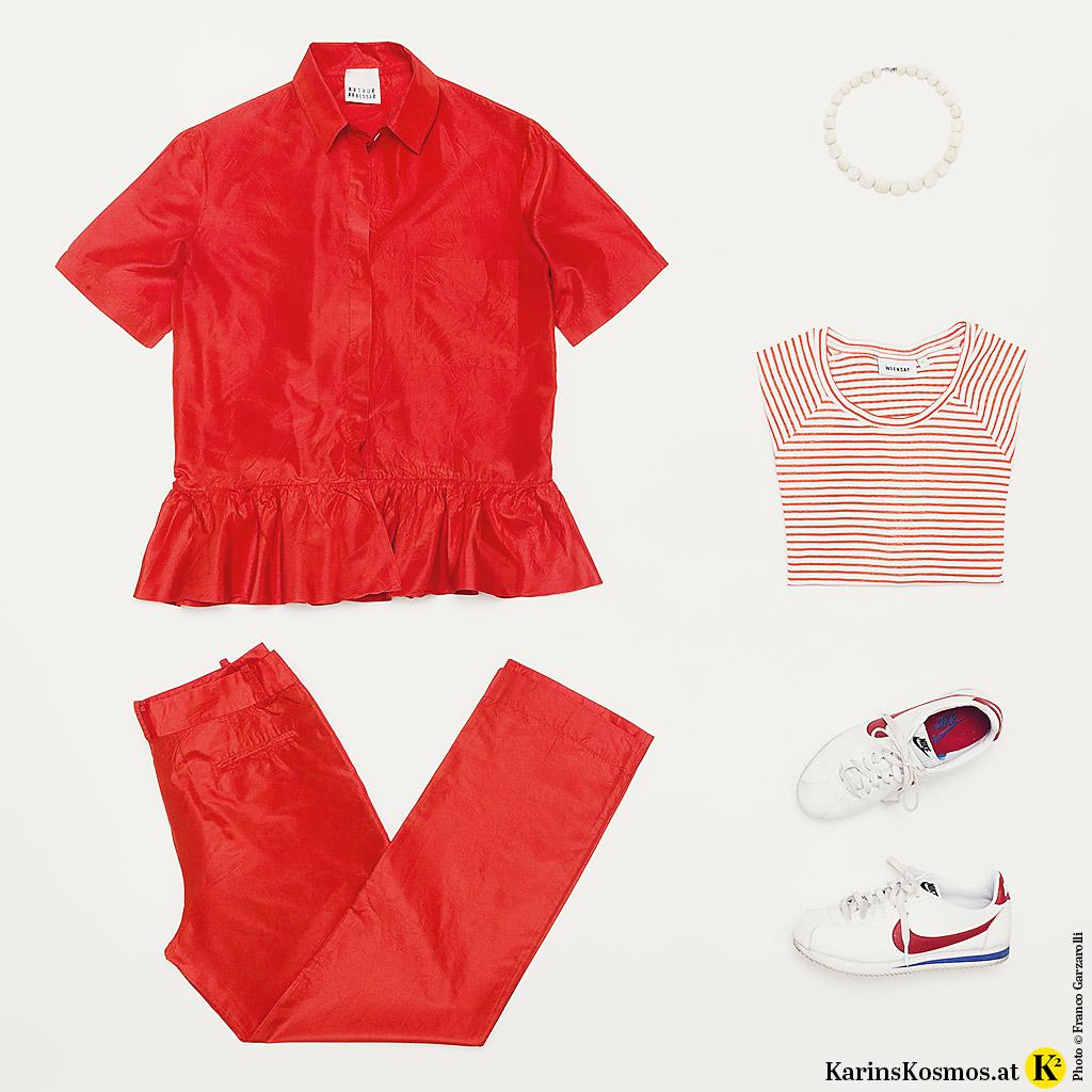 Produktbild im Pariser Chic mit Seidenanzug, Streifenshirt, Horn-Collier und Sneakers.