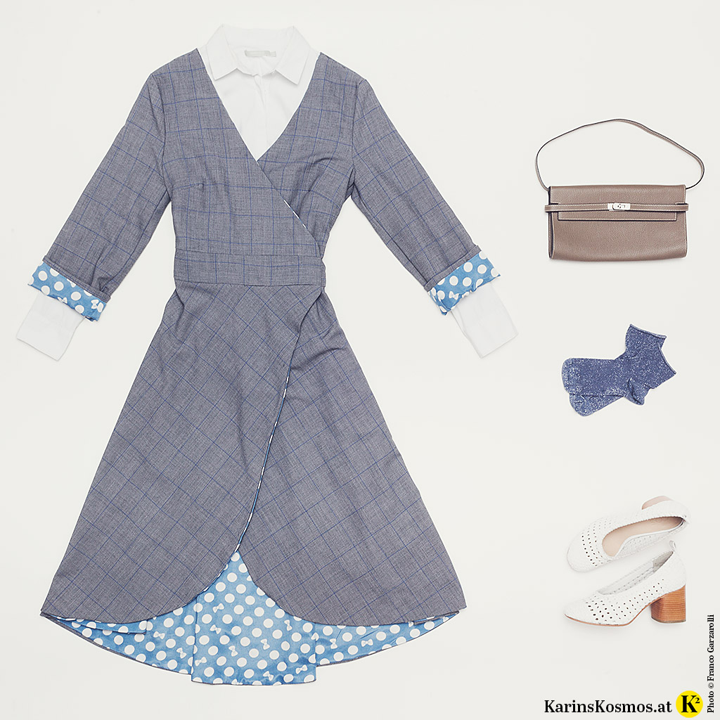 Produktfoto mit Wickelkleid, Tasche, Söckchen und Pumps.