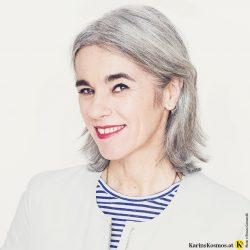 Frau mit natürlich grauen Haaren.