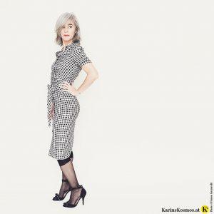 Karin Garzarolli zeigt, wie man ein Sommerkleid auch im Winter tragen kann.