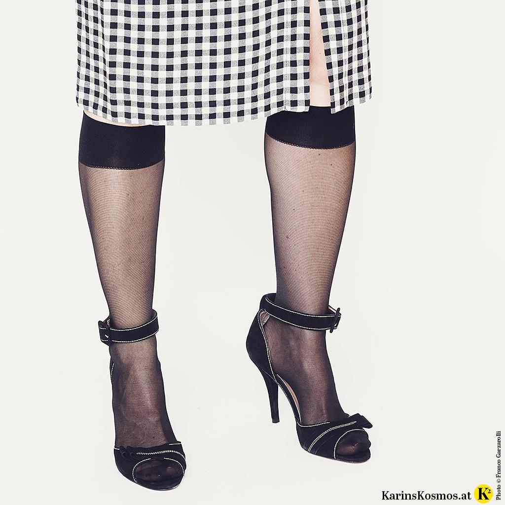 Detailfoto von Kniestrümpfen und Peeptoes zum Sommerkleid.