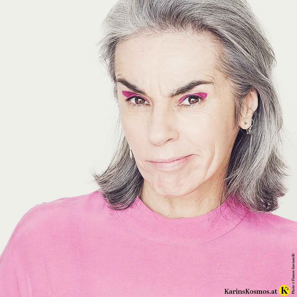 Foto von Karin Garzarolli, wie sie Lippenstift als Lidschatten trägt.