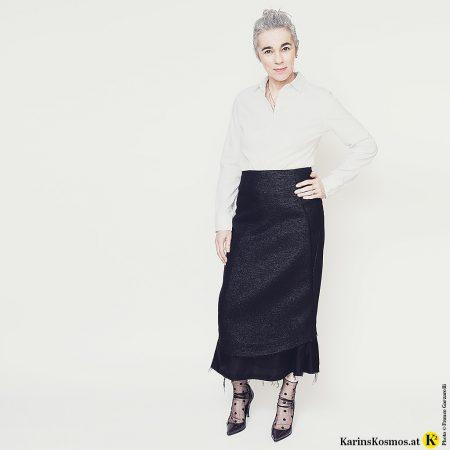 Karin Garzarolli im klassischen Bleistiftrock mit weißer Bluse.
