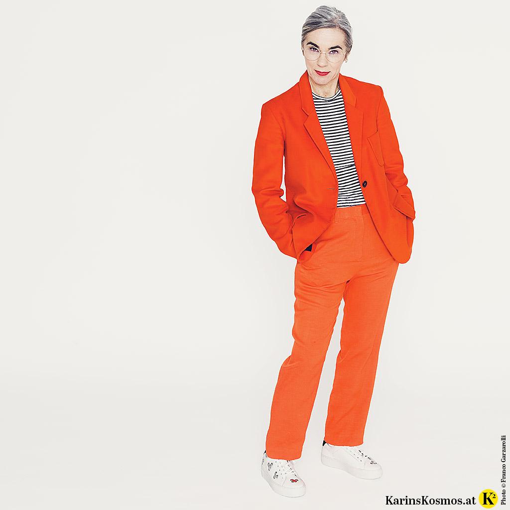 Karin Garzarolli mit Sneakers aus Leder zum Anzug.