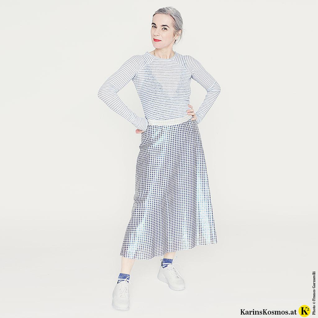 Karin Garzarolli mit weißen Ledersneakers zu Rock und Shirt.