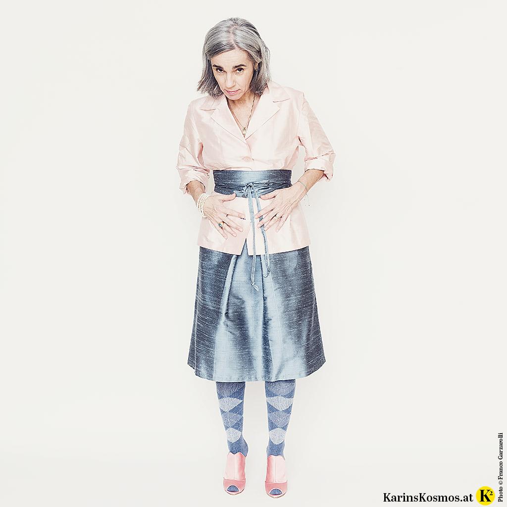 Karin Garzarolli in Rock und Blazer in zarten Pastellfarben.