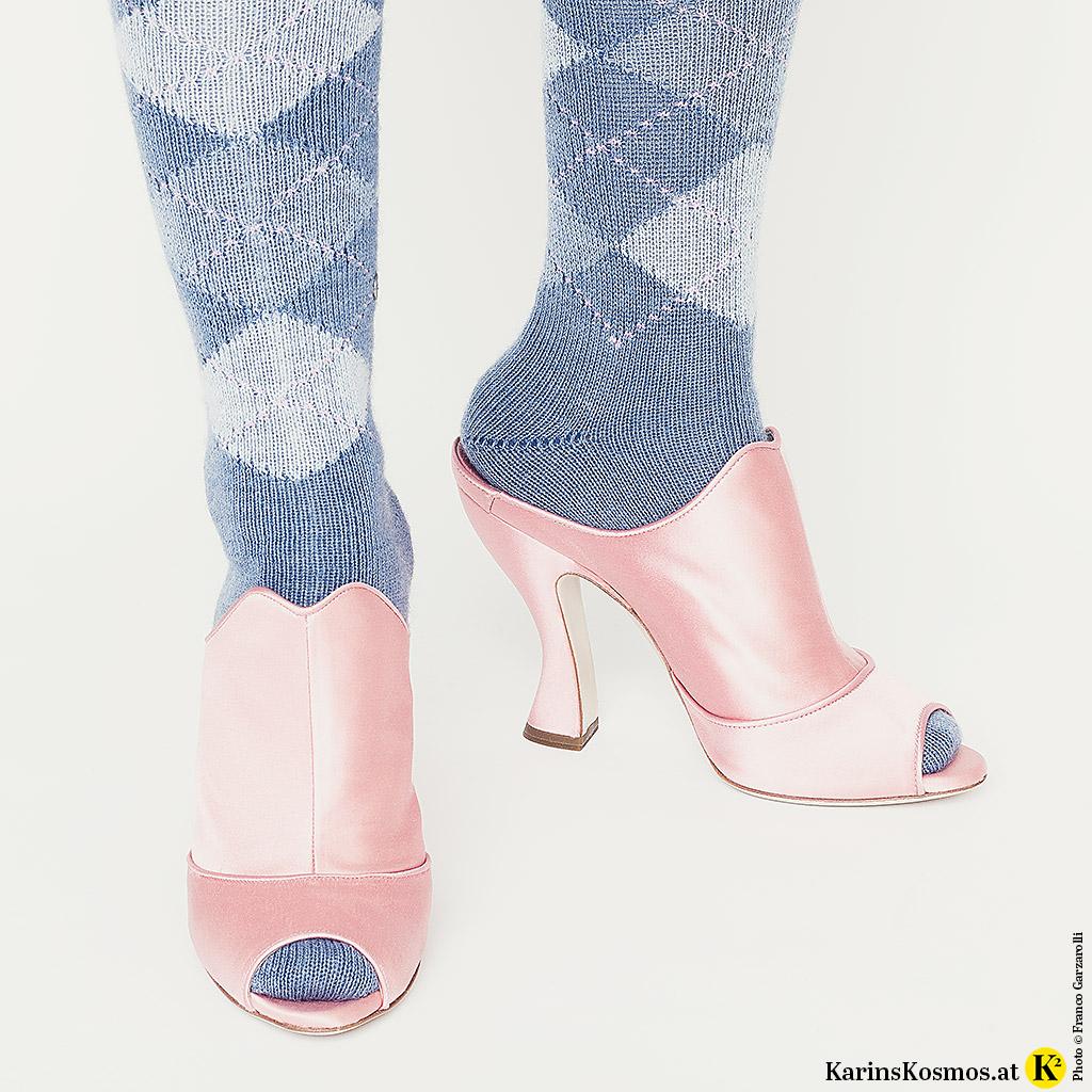 Pastellfarbene Burlington-Socken und Miu-Miu-Pantoletten.