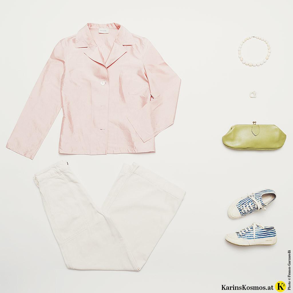 Produktfoto von Kleidung in zarten Pastellfarben.